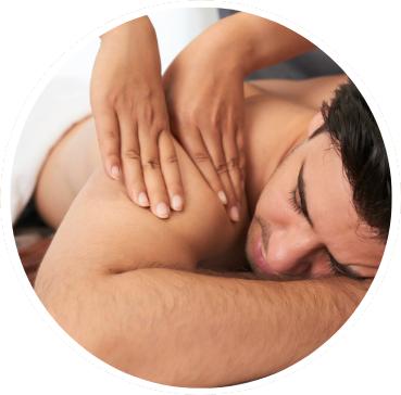 El masaje deportivo previene lesiones y optimiza el rendimiento muscular.